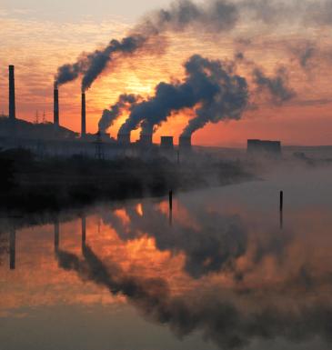 fábrica coberta com nuvens de caborno