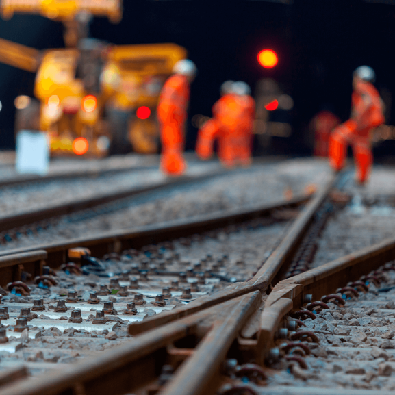 estrada ferroviária em construção