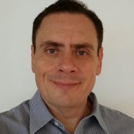 Doutor em Administração de Empresas pela Fundação Getulio Vargas e em Programme d'Etudes Individuelles (PEI) - Groupe Hec Hautes Etudes Commerciales